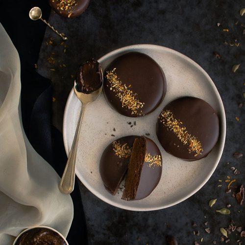Alfajor de harina de cacao con dulce de leche y cardamomo